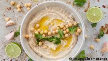 Hausgemachtes Hummus mit Olivenöl und frischer Petersilie PUBLICATIONxINxGERxSUIxAUTxHUNxONLY 1079704220