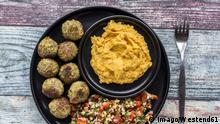 Falafel with Tabbouleh and Hummus PUBLICATIONxINxGERxSUIxAUTxHUNxONLY SARF03260 (Imago/Westend61)