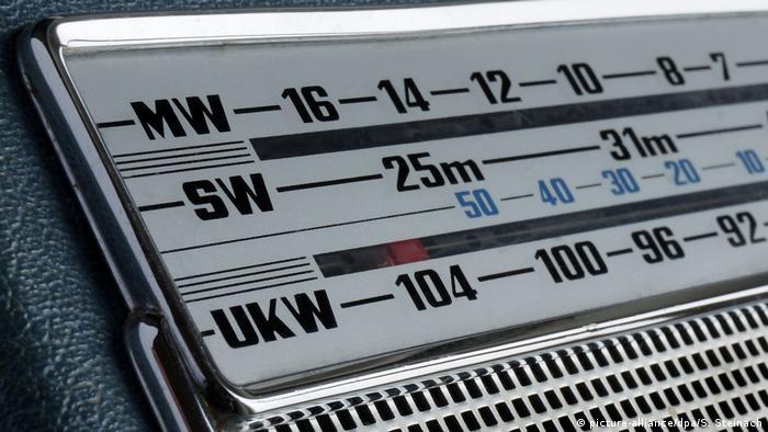 Dieses Radio zeigt Mittelwelle (MW), Kurzwelle (Engl. short wave/SW) und Ultrakurzwelle (UKW) an.