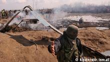 Indien, Kaschmir, Budgam: Soldaten stehen an den Trümmern des Hubschraubers der Indian Air Force