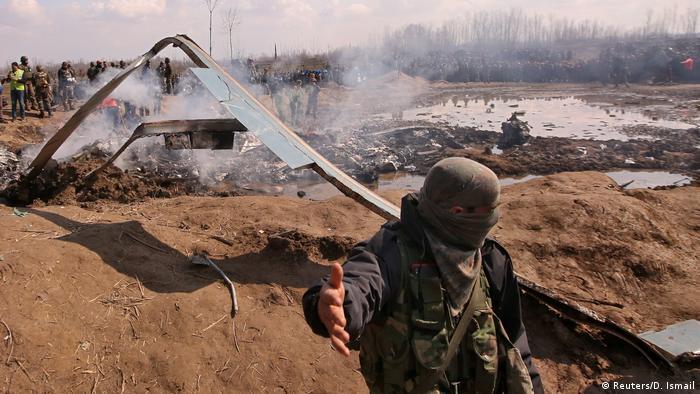 Indien, Kaschmir, Budgam: Soldaten stehen an den Trümmern des Hubschraubers der Indian Air Force (Reuters/D. Ismail)