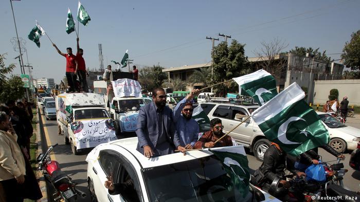 Pakistan, Lahore: Menschen feiern den Abschuss von Militärflugzeug
