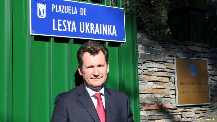 Посол України в Іспанії Анатолій Щерба на тлі Площі Лесі Українки у Мадриді