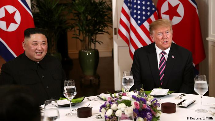O presidente dos Estados Unidos, Donald Trump, e o líder da Coreia do Norte, Kim Jong-un, em Hanói, no Vietnã