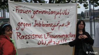 هما مرادی (راست) در یکی از حرکتهای اعتراضی زنان