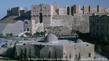 Syrien, Sultaniyya-Moschee-Komplex, 13.Jh. - direkt vor der Zitadelle von Aleppo gelegen, während des Krieges stark zerstört. (Staatliche Museen zu Berlin, Museum für Islamische Kunst/E. Wirth)