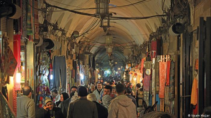 Syrien, der Basar in Aleppo, war mit seinen mehr als 1000 kleinen Läden das Herz der Stadt bis er durch den Krieg in Syrien stark in Mitleidenschaft gezogen wurde. (Issam Hajjar)