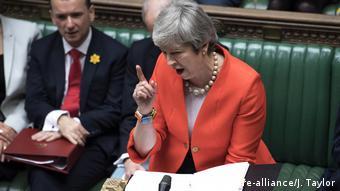 Die britische Premierministerin Theresa May spricht vor Parlamentsabgeordneten in London