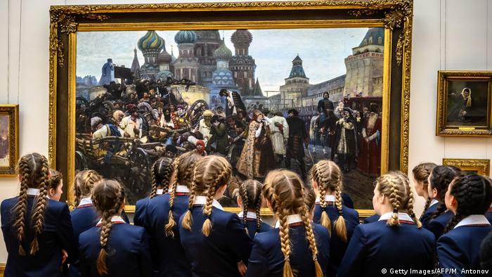 Школьницы перед картиной В.И. Сурикова Утро стрелецкой казни в Третьяковской галерее.