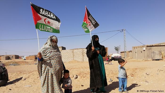 RASD : Des femmes brandissent le drapeau de la République arabe sahraouie démocratique (DW/Hugo Flotat-Talon)