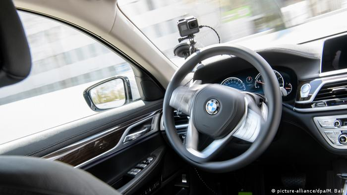 BMW self-driving vehicle (picture-alliance/dpa/M. Balk)