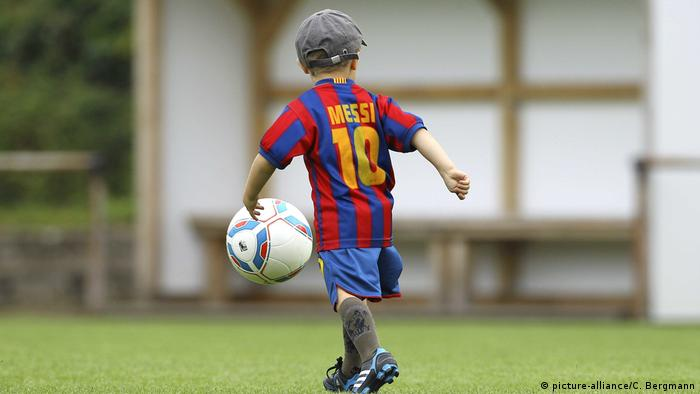Mališan igra nogomet