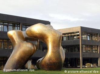 Das frühere Kanzleramt in Bonn, in dem heute das Entwicklungsministerium sitzt. Im Vordergrund die Bronze-Statue des Bildhauers Henry Moore (Foto: dpa)