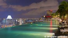 Innenstadt, Finanzviertel bei Nacht, vom Infinity-Pool der Marina Bay Sands aus, Singapur, Asien iblgab04006773.jpg Inner city Financial district at Night of Infinity Pool the Marina Bay Sands out Singapore Asia iblgab04006773 JPG