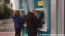 Griechenland Athen Kunden am Geldautomaten