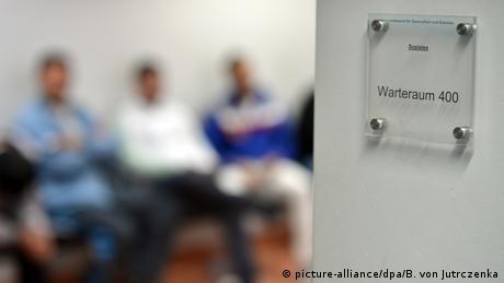 DW: Πρόσφυγες θύματα εκμετάλλευσης από συμπατριώτες τους