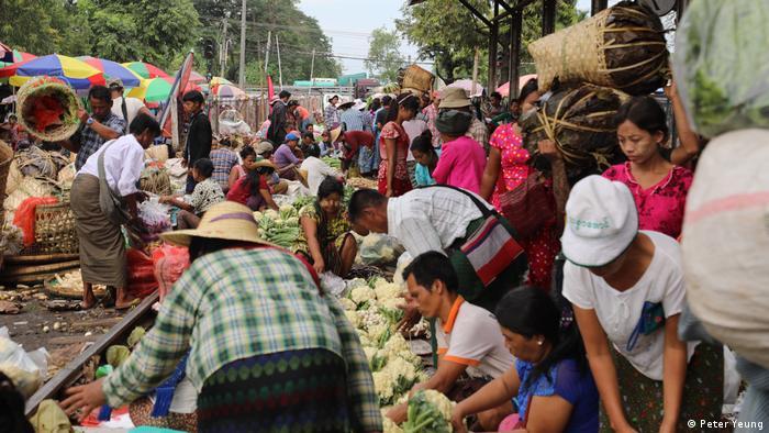 Myanmar Händler, die Produkte in Yangon verkaufen (Peter Yeung)