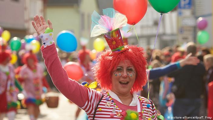 Karneval Weiberfastnacht Köln Düsseldorf Mühlheim (picture-alliance/dpa/T. Frey)