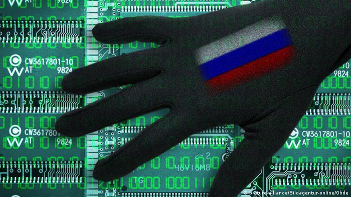 Двоичный код, материнская плата, тень руки и флаг России
