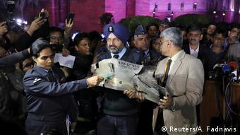 Indien Militärbeamte mit Fragment eines angeblich abgeschossenen pakistanischen F-16-Jet