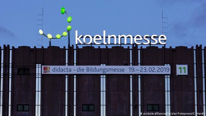 Das Messegebäude mit der Aufschrift koelnmesse und einem Schild, auf dem steht: didacta - die Bildungsmesse 19. - 23.02.2019