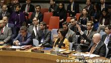 28.02.2019, USA, New York: Wassili Nebensja (r), Russlands UN-Botschafter, stimmt gegen eine Resolution zu Venezuela auf einer Sitzung des Sicherheitsrates im Hauptquartier der Vereinten Nationen. Foto: Seth Wenig/AP/dpa +++ dpa-Bildfunk +++  