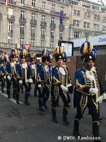 Traditionelle Parade in Uniform