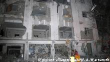 28.02.2019, Somalia, Mogadishu: Somalis halten sich in der Nähe eines zerstörten Gebäudes auf. Bei einem Anschlag in der somalischen Hauptstadt Mogadischu sind nach Angaben eines Polizeioffiziers mindestens 25 Menschen getötet worden. Nahe einem Hotel, das von Regierungsvertretern genutzt wird, gab es eine schwere Explosion - ein Selbstmordattentäter sei an dem Angriff beteiligt gewesen, sagte der Polizist Ali Hassan Kulmiye am Donnerstag den 28.02.2019 der Deutschen Presse-Agentur. Es soll sich um eine in einem Lastwagen deponierte Bombe gehandelt haben. Die islamistische Terrormiliz Al-Shabaab reklamierte die Tat für sich, wie die auf dschihadistische Propaganda spezialisierte Site Intelligence Group berichtete. Foto: Farah Abdi Warsameh/AP/dpa +++ dpa-Bildfunk +++ |