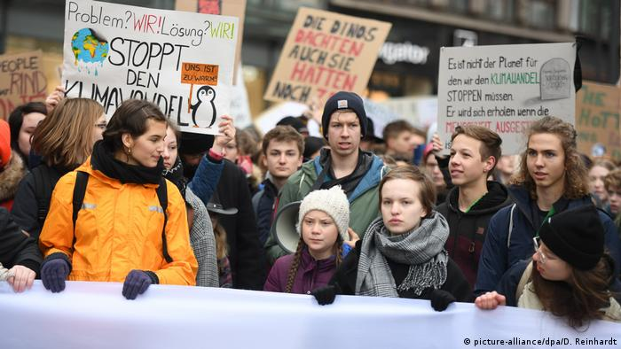 Swedish climate activist Greta Thunberg protests alongside students in Hamburg (picture-alliance/dpa/D. Reinhardt)