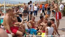 Spanien Deutsche Touristen am Strand in Mallorca