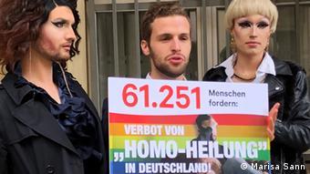 Лукас Хаврилак предава петицията за забрана на конверсионните терапии