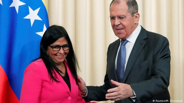 A vice-presidente venezuelana, Delcy Rodríguez, e o ministro do Exterior russo, Serguei Lavrov, em Moscou