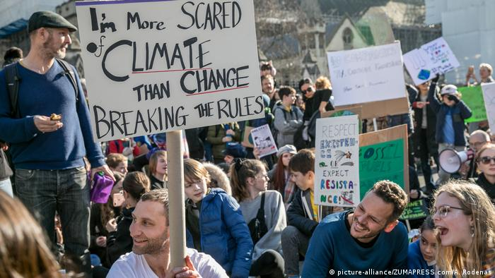 Students in London protest against climate change (picture-alliance/ZUMAPRESS.com/A. Rodenas)