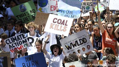 Australian students protest against climate change (picture-alliance/AP Photo/D. Himbrechts)