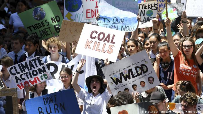 Australian students protest against climate change (picture-alliance/AP Photo/D. Himbrechts)