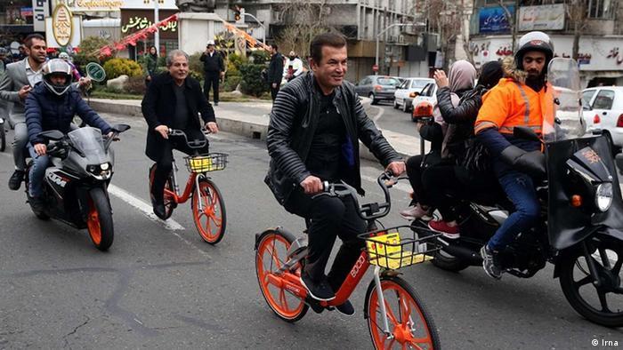 دوچرخهسواری در تهران عمدتا در مسیرهای کوتاه، افقی و مسطح عملی است وگرنه در اولین سربالایی کار راکب به چادر اکسیژن میکشد. یک اشکال دیگر این است که ترک دوچرخه نیز نمیتوان مسافری را سوار کرد. عکس، حمید استیلی، فوتبالیست و مربی فوتبال را نشان میدهد که برای تاکید بر اهمیت ورزشی این همایش در دوچرخهسواری همگانی تهران حاضر بود.