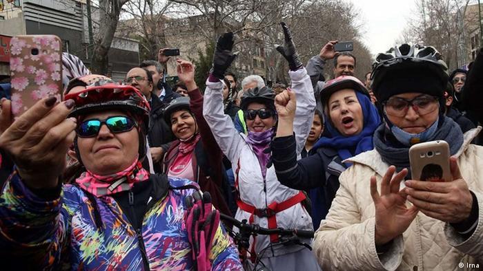 معاون اجتماعی فرماندهی انتظامی استان تهران گفته است که هیچ ابلاغیه و بخشنامهای در خصوص غیرقانونی بودن دوچرخهسواری زنان وجود ندارد. زنها به غیر از پیستهای مخصوص، در سطح شهر امکان دوچرخهسواری ندارند. رئیس هیات دوچرخهسواری استان تهران میگوید فرهنگ و جو حاکم در شهر فعلا چنین اجازهای را نمیدهد.