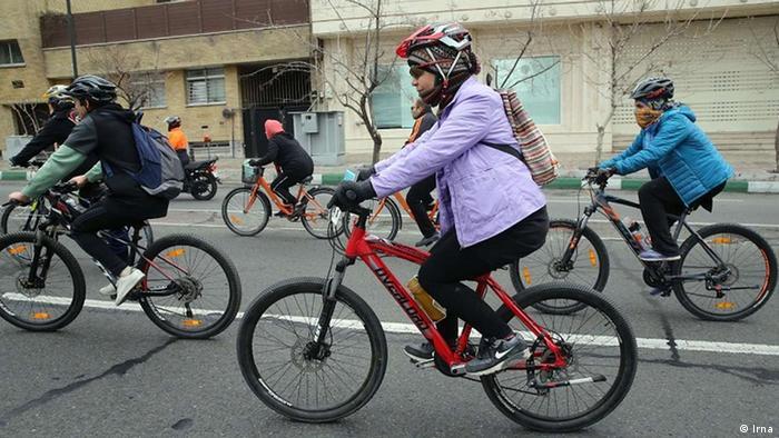 زنها به طور معمول از این اقدام عمومی استقبال میکنند اما در اصفهان و مشهد مقاومت زیادی علیه دوچرخه سواری آنها وجود دارد. احمد علمالهدی، امام جمعه مشهد چند سال پیش گفت: «دختر خانمی که یاد گرفته در کوچه و خیابان سوار دوچرخه شود، این دوچرخه را که با لباس گشاد و مقنعه سوار نمیشود، او با لباس کوتاه و تنگ سوار دوچرخه میشود و لباس کوتاه و تنگ این دختر روی زین دوچرخه با ایمان پسر جوان تو چه میکند؟»