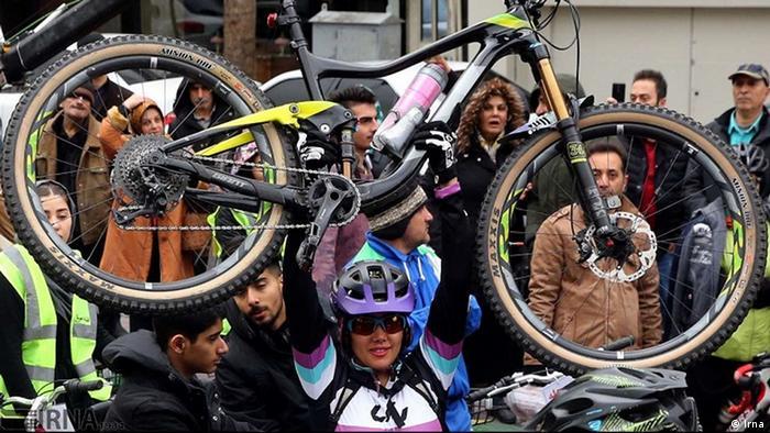 در دهه ۱۳۷۰ وقتی فائزه هاشمی از دوچرخهسواری زنها حمایت کرد، شعارهایی سکسیستی علیه او بر دیوارها نقش بست. آبان ماه سال ۱۳۸۹، سرهنگ جهانگیر کریمی، معاون اجتماعی فرماندهی انتظامی استان اصفهان، دوچرخهسواری زنان را به همراه سگگردانی در خیابان و پاسوربازی در پارکها از مصادیق بارز جرم دانست و از برخورد قانونی با اینگونه موارد خبر داد.