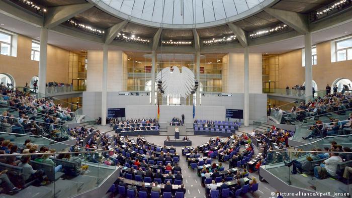 BG Reise Reichstag | Bundestag Haushaltsberatungen (picture-alliance/dpa/R. Jensen)