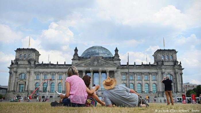 BG Reise Reichstag | Sommer in Berlin (picture-alliance/dpa/O. Spata)