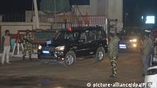 01.03.2019, Indien, Attari: Ein Konvoi mit einem indischen Piloten fährt über die Grenze nach Indien. Nach der jüngsten militärischen Konfrontation zwischen Pakistan und Indien hat Pakistan einen am 27.02.2019 gefangen genommenen indischen Piloten freigelassen. Der Oberstleutnant der indischen Luftwaffe wurde am Freitagabend (Ortszeit) den indischen Behörden am Grenzübergang Wagah in der Provinz Punjab übergeben. Foto: Prabhjot Gill/AP/dpa +++ dpa-Bildfunk +++  