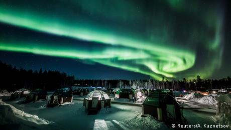 Polarna svjetlost iznad modernih iglua Laponiji (Reuters/A. Kuznetsov)