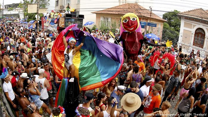 Visão de uma multidão colorida comemorando o Carnaval numa rua do Rio de Janeiro