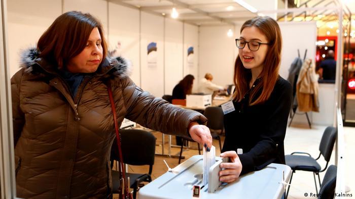 Женщина голосует на одном из избирательных участков в Таллине 3 марта 2019 года