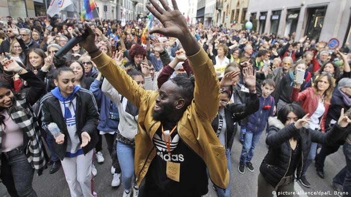 Manifestantes reunidos contra a extrema direita em Milão, na Itália