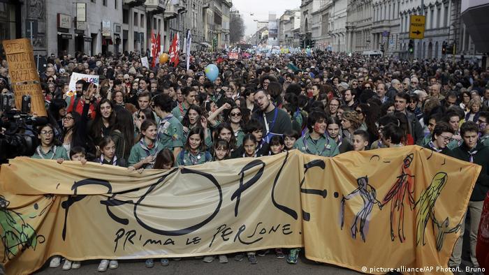 Faixa traz os dizeres as pessoas primeiro em italiano, que foi lema da manifestação