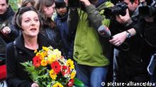 Die Literatur-Nobelpreisträgerin 2009, Herta Müller (l), verlässt am Donnerstag (08.10.2009) mit einem Blumenstrauss in der Hand in Berlin ihre Wohnung. Müller ist mit dem Nobelpreis für Literatur ausgezeichnet worden. Das teilte die Schwedische Akademie am Donnerstag (08.10.2009) in Stockholm mit. Die 56 Jahre alte Autorin zeichne «mittels Verdichtung der Poesie und Sachlichkeit der Prosa Landschaften der Heimatlosigkeit», erklärte die Akademie. Herta Müller ist in Rumänien geboren und verarbeitet in ihren Werke ihre Erlebnisse von Fremdheit und politischer Verfolgung. Foto: Klaus-Dietmar Gabbert dpa/lbn +++(c) dpa - Bildfunk+++
