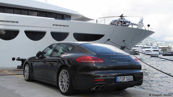 дорогой автомобиль и яхта