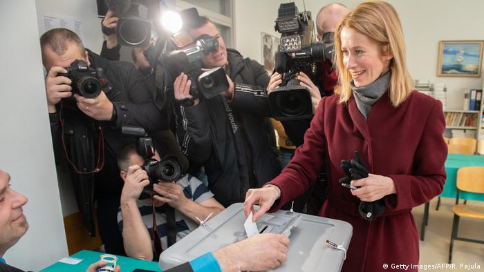 Председатель Партии реформ Кая Каллас на избирательном участке